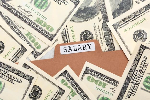 Концепция заработной платы вид сверху с банкнотами