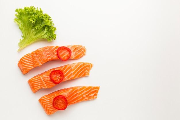 Disposizione di salmone e lattuga vista dall'alto