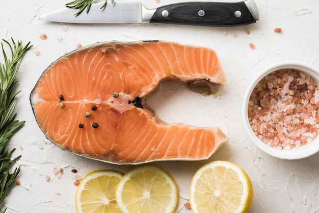 Vista dall'alto salmone con spezie e limone