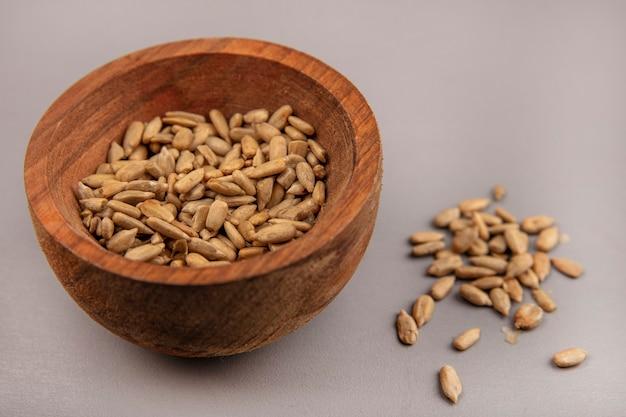 Vista dall'alto di semi di girasole sgusciati salati su una ciotola di legno