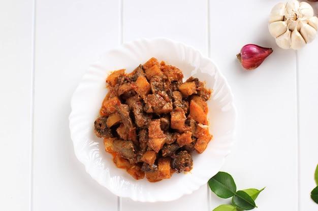 上面図サンバルゴレンハティアティケンタンまたはホットスパイシーレバーとポテトインドネシアの伝統的な料理