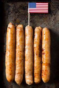 Колбаски вид сверху с американским флагом