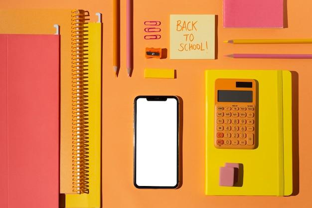 Forniture scolastiche vista dall'alto sull'assortimento da tavola
