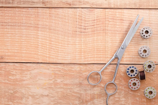 Vista dall'alto di forbici con navette per macchine da cucire