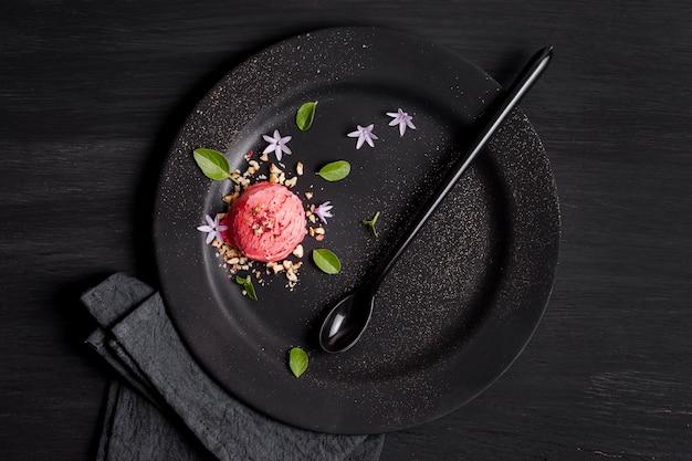 Вид сверху шариком мороженого с цветами
