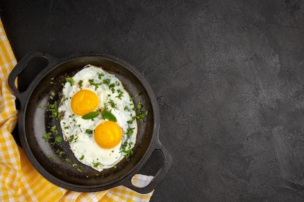 Вид сверху яичница с зеленью внутри сковороды на темном фоне завтрак хлеб еда еда цвет обед чай утренний омлет свободное пространство
