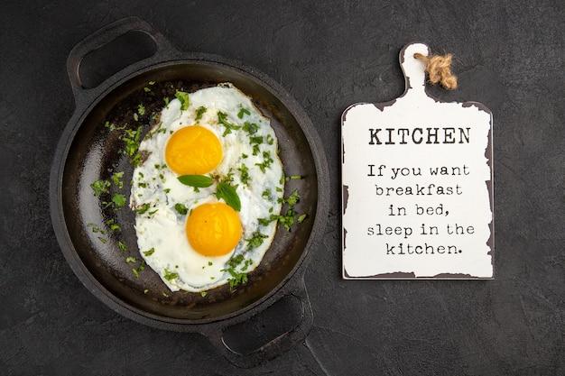 Вид сверху яичница с зеленью внутри сковороды на темном фоне завтрак хлеб еда еда обед чай утренний омлет цвет