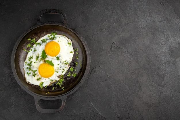 Вид сверху яичница с зеленью внутри сковороды на темном фоне завтрак еда еда цвет обед омлет хлеб чай утро свободное место