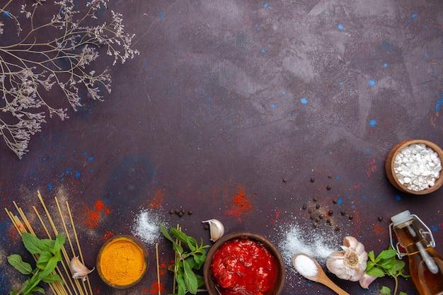Вид сверху приправы и соус на темном фоне еда острый горячий пищевой краситель