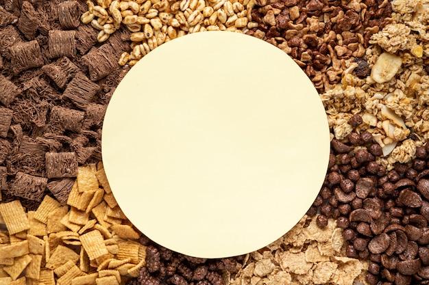 Vista dall'alto della selezione di cereali per la colazione con ciotola vuota