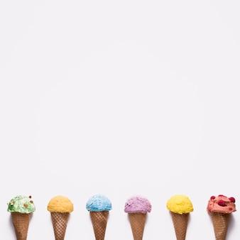 カラフルなアイスクリームのトップビューセレクション