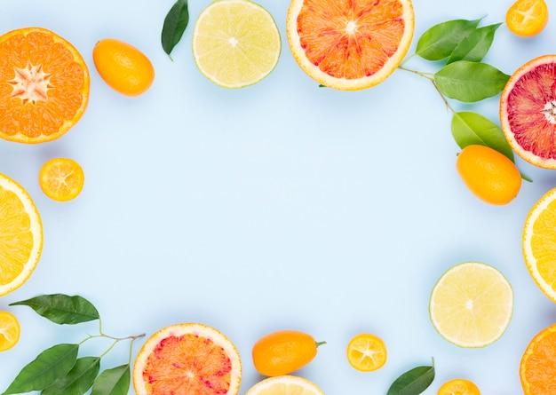 テーブルの上の有機フルーツのトップビューの選択