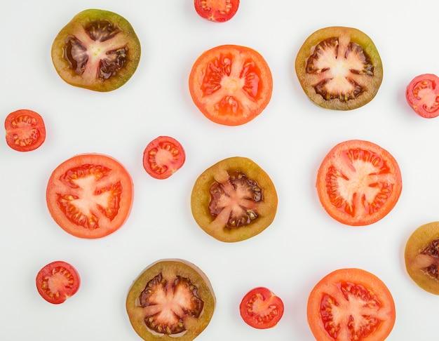 テーブルの上の有機トマトのトップビューの選択
