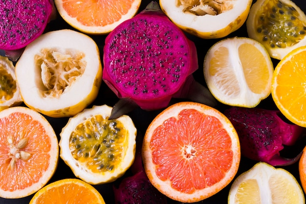 Вид сверху выбор вкусных экзотических фруктов