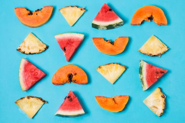 Выбор вида сверху ломтиков арбуза и ананаса