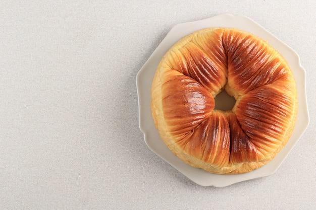Вид сверху: селективный фокус на шерстяной рулет, популярный многослойный хлеб-бриошь, который выглядит как шерсть. скопируйте место для текста, рекламы или рецепта