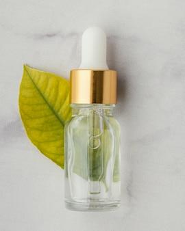 Бутылка с сывороткой и лист, вид сверху