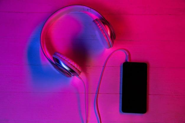 Vista dall'alto del set di gadget in luce al neon viola e rosa