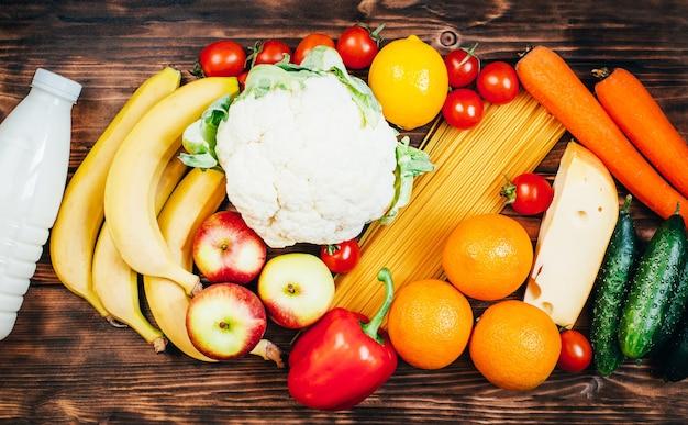 木の表面の食品野菜果物乳製品の上面図セット
