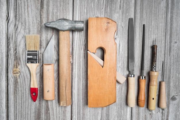 木製テーブルの上のツールのトップビューセット