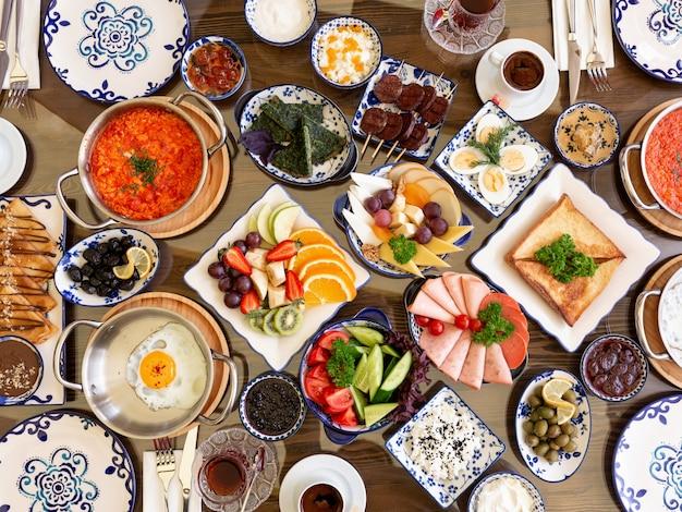Vista dall'alto del set di vari piatti di cibo per la colazione uova fritte con toast di formaggio di verdure verdure prosciutto prosciutto di pomodori