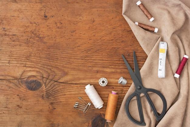 Вид сверху швейные аксессуары с копией пространства