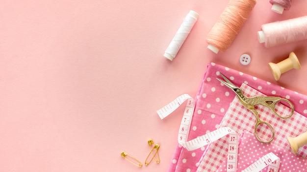 Vista dall'alto di elementi essenziali per cucire con filo e bottoni