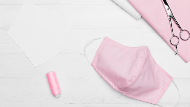 핑크 패브릭 마스크에 대한 상위 뷰 재봉 키트