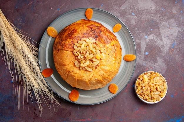 상위 뷰 shakh plov 맛있는 동부 식사는 어두운 배경에 둥근 반죽 안에 밥으로 구성되어 있습니다. 밥 요리 음식 요리 식사