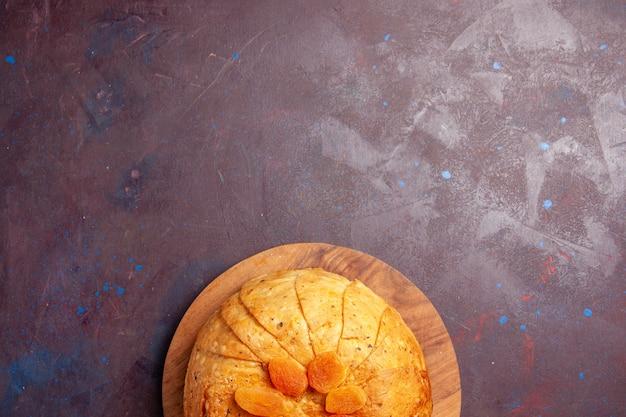 상위 뷰 shakh plov 맛있는 동부 식사는 어두운 배경에 둥근 반죽 안에 밥으로 구성됩니다. 밥 요리 식사 음식 요리