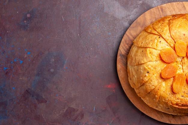 상위 뷰 shakh plov 맛있는 동부 식사는 어두운 배경에 둥근 반죽 안에 밥으로 구성됩니다. 밥 요리 식사 음식 동부 요리