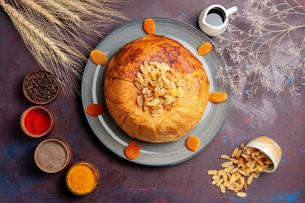 상위 뷰 shakh plov 맛있는 동부 식사는 어두운 바닥에 둥근 반죽 안에 밥으로 구성됩니다 음식 요리 식사 쌀 반죽