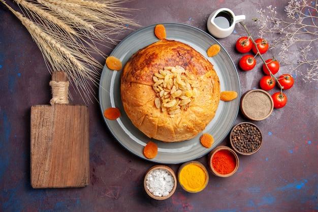 상위 뷰 shakh plov 맛있는 동부 식사는 어두운 표면에 둥근 반죽 안에 밥으로 구성됩니다 음식 요리 식사 쌀 반죽