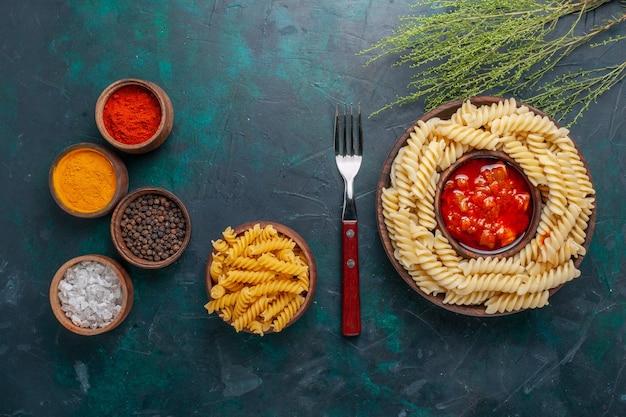 紺色の背景に調味料が入った上面図の形をしたイタリアンパスタ