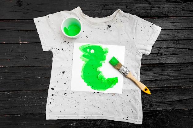 トップビューシャツと緑色