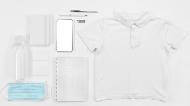 Рубашка с видом сверху и школьные принадлежности