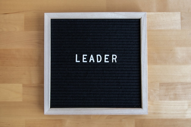 목탁에 리더 인용문이 있는 칠판의 상위 뷰 샷 프리미엄 사진