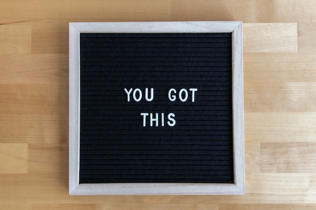 あなたが木製のテーブルでそれにこの引用を得た黒板の上面図ショット