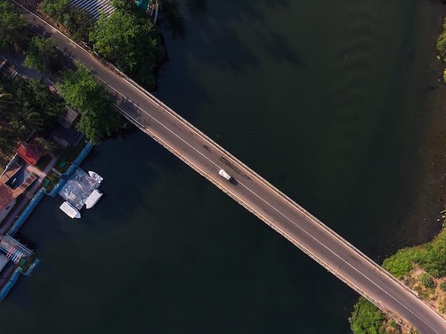 Вид сверху на дорогу через реку в индии