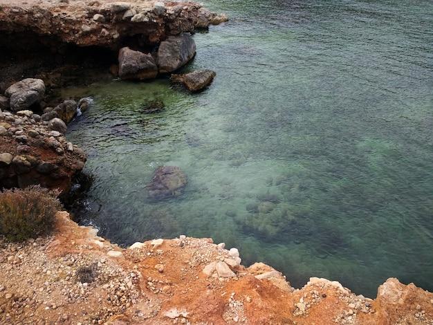 Вид сверху на каменистый пляж на ибице, испания