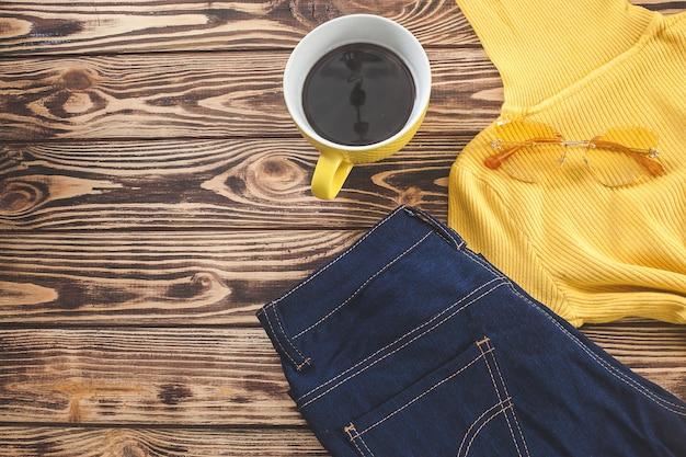 가 배경의 상위 뷰 샷입니다. 가을 여자의 옷은 평평하다. 여자 옷장.