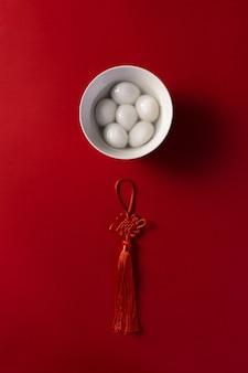 赤い背景の上の中国の甘い餃子の平面図のショット