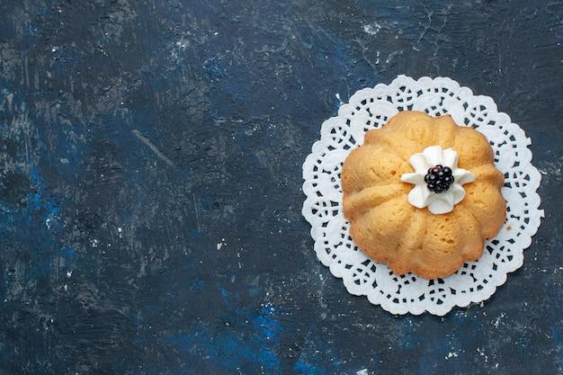 トップビュー暗い背景のケーキビスケット甘い焼きフルーツにクリームとブラックベリーのシンプルなおいしいケーキ