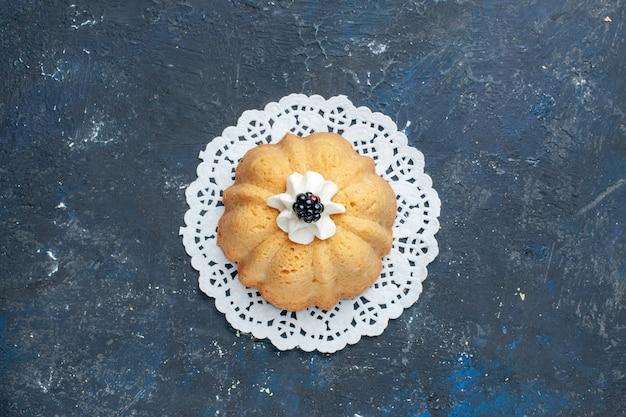 Vista dall'alto semplice deliziosa torta con panna e mora sul tavolo scuro torta biscotto zucchero dolce cuocere frutta
