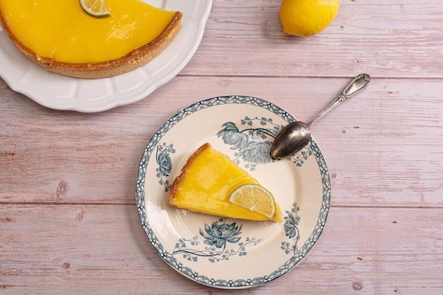 Вид сверху ломтик лимонного пирога на элегантной тарелке