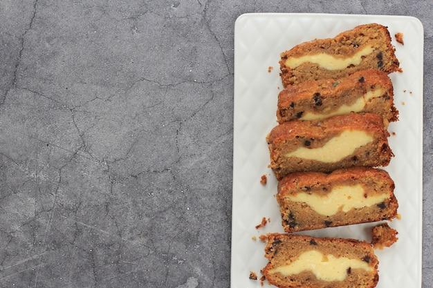 上面図スライスしたバナナブレッド(バナナケーキ)、コピースペースでクリームチーズを詰めたもの