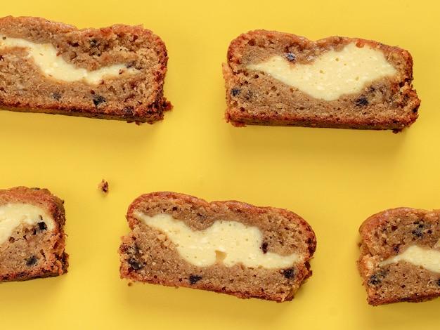 クリームチーズを詰めた上面スライスバナナブレッド(バナナケーキ)