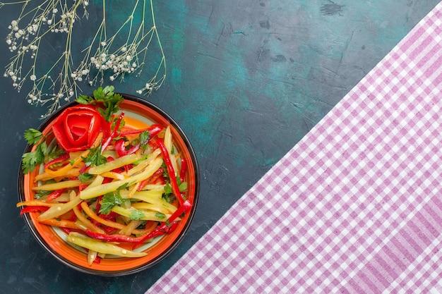 진한 파란색 책상에 상위 뷰 슬라이스 벨 후추 색 매운 샐러드