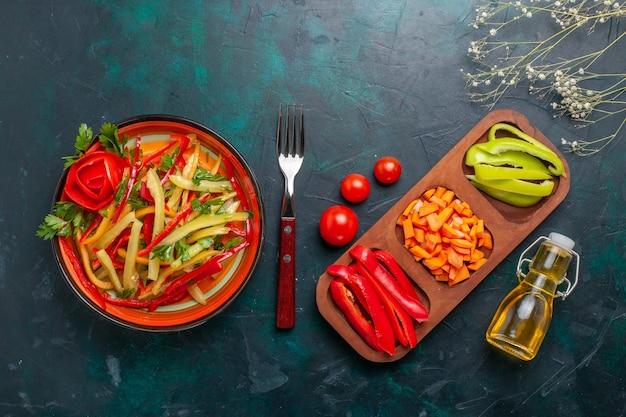 진한 파란색 배경에 재료와 기름으로 상위 뷰 슬라이스 피망 다른 색깔의 야채 샐러드