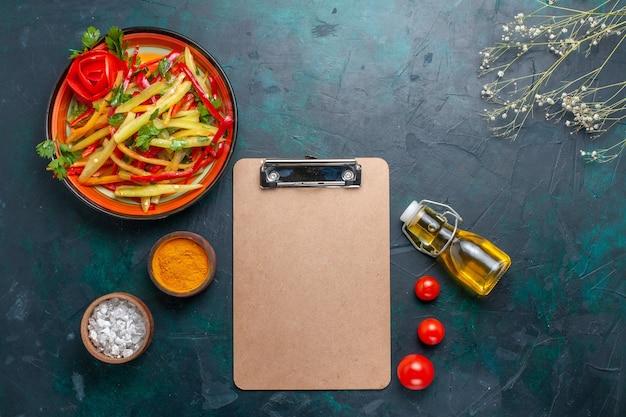 Vista dall'alto peperoni affettati insalata sana con condimenti e olio d'oliva su sfondo blu
